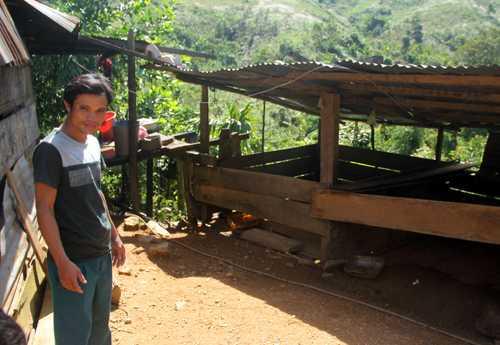 Phó thôn Trần Minh Vũ cho rằng con lợn nhà anh Lanh không chịu về nhà mà lại đến hàng xóm lót ổ là điều cực kỳ xấu, trước sau gì cũng phải nhận điều rủi ro. Ảnh: Tiến Hùng.