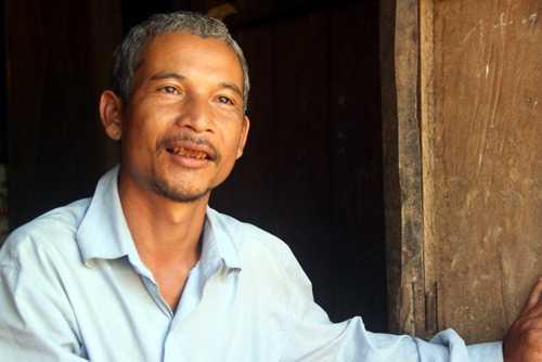 Ông Hoàng Anh Tuấn và dân làng đều tin rằng, trưởng thôn tự tử là do con ma rừng xúi. Ảnh: Tiến Hùng.