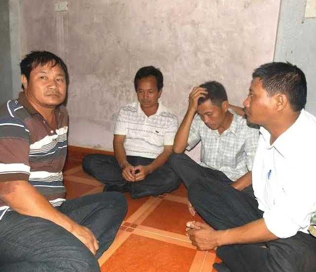 Ông Cảnh (cha của em Lâm, thứ hai từ phải qua) đau đớn trước sự ra đi bất ngờ của con trai.