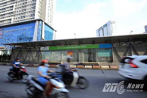 Nhà chờ Hoàng Đạo Thúy trên đường Lê Văn Lương cũng đang rơi vào tình trạng xuống cấp khi trần nhà bị dột, khu sàn nhà ứ đọng nước bẩn.