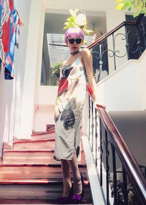 Là biểu tượng thời trang mới của showbiz Việt, Tóc Tiên cũng không bỏ lỡ trào lưu này. Với mái tóc pixie trẻ trung, choker tôn lên chiếc cổ thon, trắng ngần cùng dáng vẻ năng động, hiện đại của nữ ca sĩ.