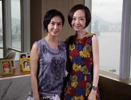 Chu Ân chụp ảnh cùng MC Lỗ Dự trong buổi phỏng vấn.