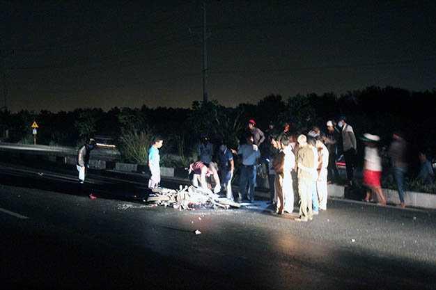 Hiện trường vụ tai nạn làm nam thanh niên chết trong đêm - Ảnh: Xuân An