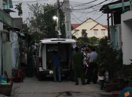 Đến khoảng 17h30, thi thể 2 nạn nhân đã được di chuyển về nhà xác để phục vụ công tác điều tra.