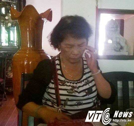 Bà M. mẹ của bà H.trao đổi với báo chí.