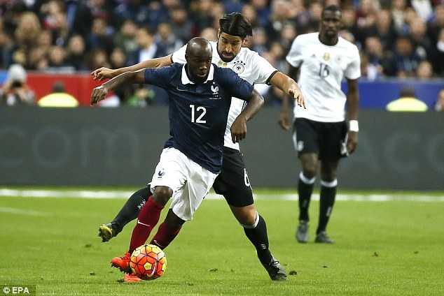 Tiền vệ Lassana Diarra chơi trong trận Pháp-Đức