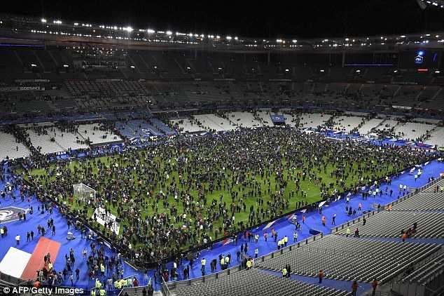 Khán giả sơ tán xuống sân Stade de France