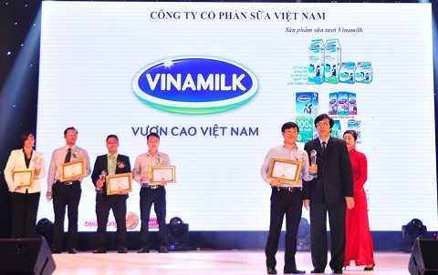 """Ông Đỗ Thanh Tuấn, Trưởng bộ phận Đối ngoại Vinamilk đại diện công ty nhận giải thưởng tại lễ công bố thương hiệu """"Tin và Dùng"""""""