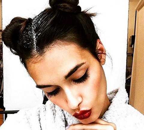 Có nàng tiết lộ, dát thêm kim tuyến là bí quyết che giấu mái tóc dơ đầy gàu. Đó là khi quá bận rộn, chưa kịp gội đầu mà phải đi dự tiệc và rồi bạn chỉ cần cột tóc cao sau đó bôi một đường kim tuyến dọc đường chẻ ngôi tóc.