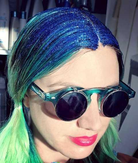Với mái tóc xanh lá, dùng kim tuyến xanh dương tạo phong cách ombre cá tính rất bắt mắt.