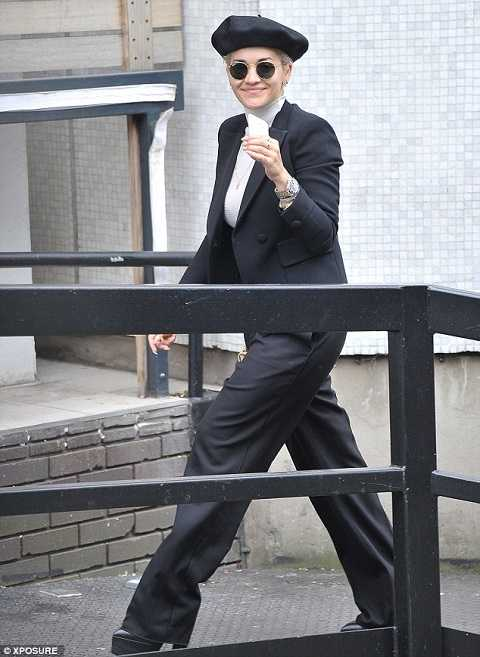 Ngay cả khi mặc bộ suit lịch lãm nhưng Rita Ora vẫn có thể phối với mũ beret tinh nghịch. Và tất nhiên chiếc mũ không phá nát