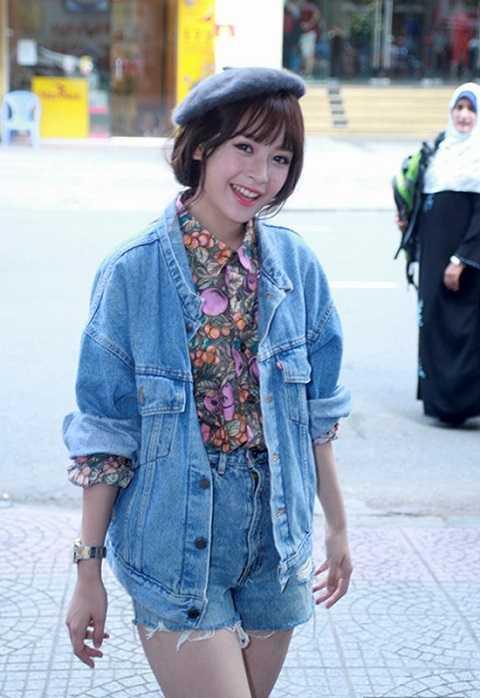 Mặc dù tiết trời còn khá ấm áp nhưng sao Việt cũng nhanh chóng cập nhật mốt thời trang này. Chi Pu khoe vẻ đáng yêu với mũ beret kết hợp áo khoác denim jacket khỏe khoắn.