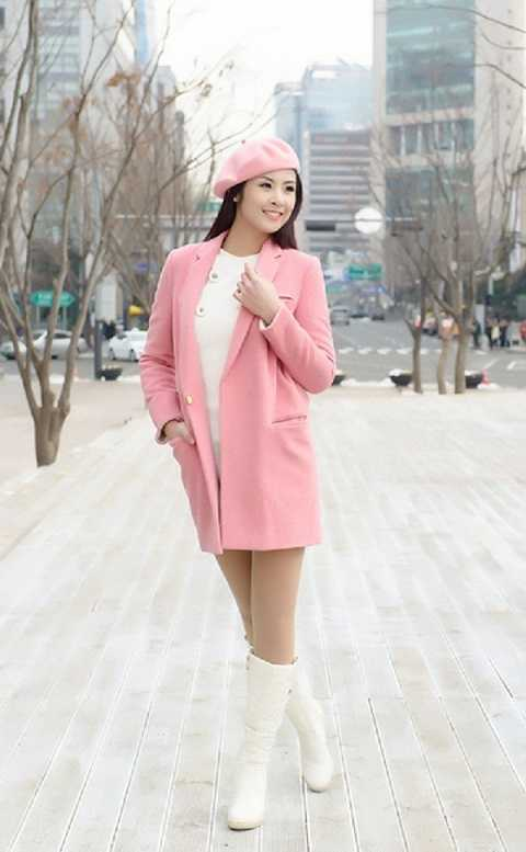 Street style của Ngọc Hân khá sành điệu giữa ngày đông. Cô nàng diện áo khoác dạ hồng pastel tông xuyệt tông với mũ beret cùng màu rất nhẹ nhàng và tinh tế.