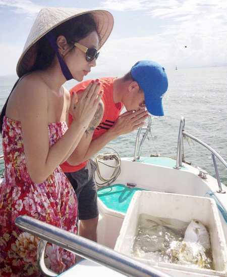 Công Vinh, Thủy Tiên thả cá phóng sinh ở Nha Trang