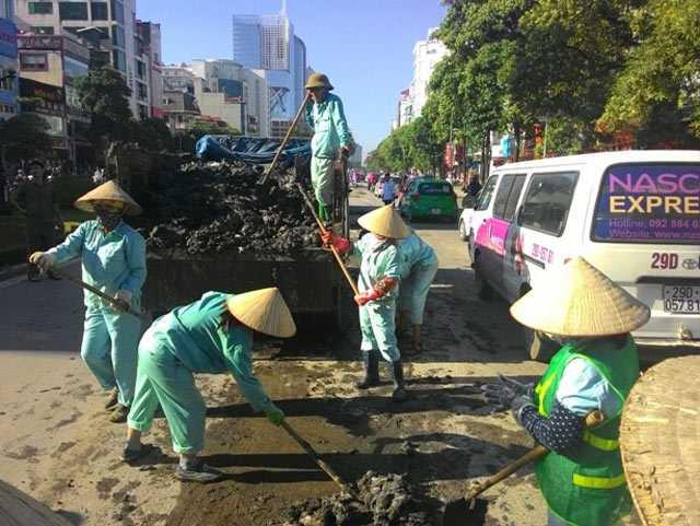 Bùn đất rơi vãi đầy đường Trần Duy Hưng (Cầu Giấy, Hà Nội).