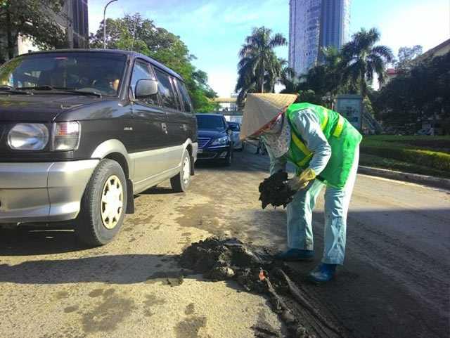 Công nhân vệ sinh của Công ty Cổ phần Đầu tư phát triển rau sạch Sông Hồng phải vất vả dọn dẹp.