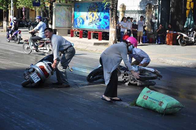 Tuy nhiên, phần bùn đất còn dính lại trên đường vẫn khá trơn trượt khiến nhiều người điều khiển xe máy bị ngã.