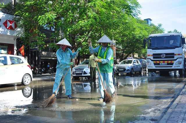 Công ty môi trường phải huy động một xe chở nước đến hiện trường để rửa đường.