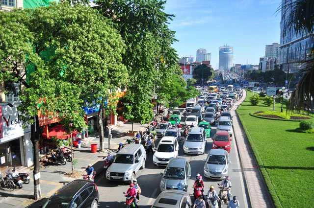 Sự việc đã khiến đoạn đường từ cầu vượt Nguyễn Chí Thanh đi sang Trần Duy Hưng bị ùn tắc nghiêm trọng.
