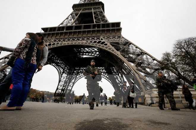 Binh sỹ Pháp tuần tra tại Tháp Eiffel ở Paris sau các vụ tấn công