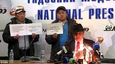Hình ảnh chủ tịch nghiệp đoàn Mông cổ  tự thiêu ngay trên bàn một cuộc họp báo