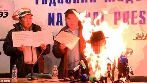 Ngọn lửa bùng lên dữ dội