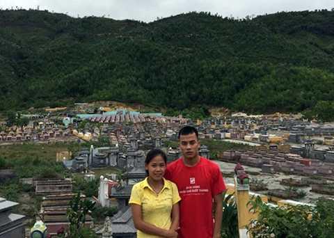 Hai chị em Thanh Phúc sống giữa khu nghĩa địa (Ảnh: N.V.C.C)