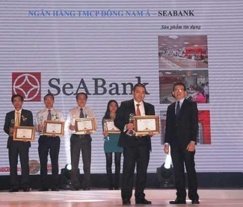 """Ban tổ chức trao giải thưởng """"Top 100 sản phẩm/dịch vụ được Tin & Dùng năm 2015"""" cho đại diện SeABank"""