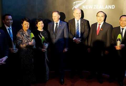 Bà Mai Kiều Liên, Tổng giám đốc Vinamilk (thứ 3 từ trái sang) chụp hình lưu niệm với thủ tướng New Zealand John Key, ông Nguyễn Thiện Nhân - Uỷ viên Bộ Chính trị, Chủ tịch Uỷ ban Mặt trận Tổ quốc Việt Nam và các cá nhân được nhận giải.