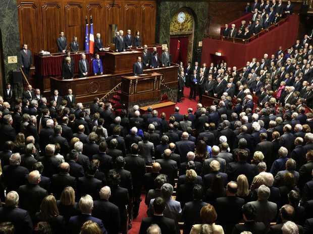 Tổng thống Pháp Francois Hollande dành một phút mặc niệm trước khi phát biểu tại cung điện Versailles ngày 16/11