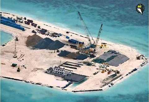 Hình   ảnh cho thấy Trung Quốc đang gấp rút xây dựng công trình trên đảo Gạc   Ma (thuộc quần đảo Trường Sa của Việt Nam bị Trung Quốc chiếm đóng trái   phép năm 1988)