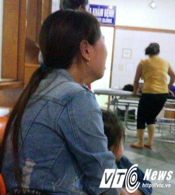 Vợ của nạn nhân Hoàng Trọng Trung đang chờ tin sức khỏe của chồng bên ngoài phòng cấp cứu.
