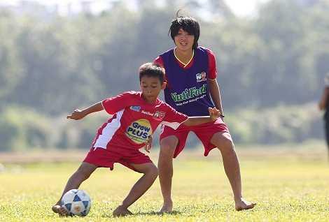 Tuấn Anh chơi đùa cùng các em nhỏ học viện NutiFood HAGL Arsenal JMG