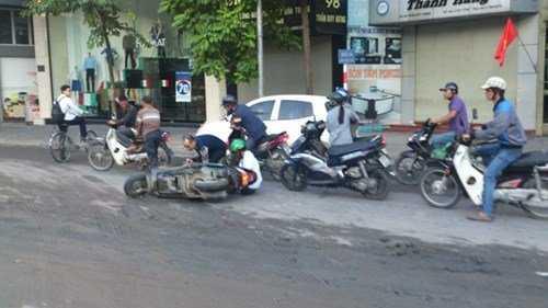 Nhiều xe máy bị ngã liên hoàn trên đường Trần Duy Hưng sáng 17/11 vì bùn đổ ra đường trơn trượt . Ảnh: Xuân Ân
