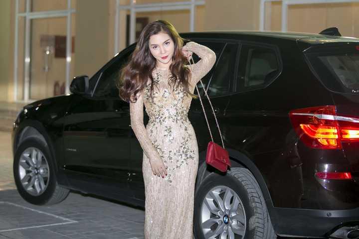 Cô khiến khán giả hâm mộ ngây ngất khi xuất hiện xinh đẹp với chiếc xế tiền tỷ vừa tậu.