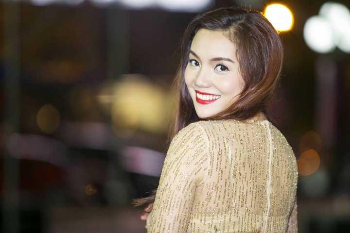 Với làn da trắng ngần không tỳ vết cùng nụ cười toả nắng, Ngọc Anh hút hồn toàn bộ khán giả có mặt trong sự kiện. Nữ ca sĩ gốc Quảng Ninh thời gian gần đây luôn rất đắt show làm giám khảo cho những chương trình truyền hình, sự kiện lớn.