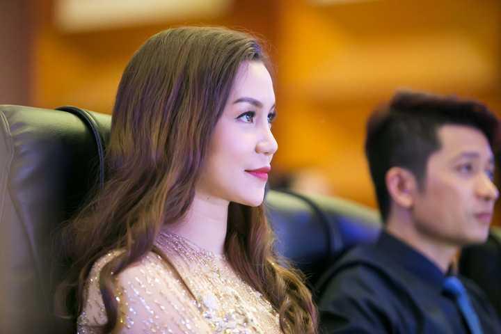Trong vai trò giám khảo quyền lực, cô luôn tự tin và chân thành tiếp sức để các thí sinh có thể toả sáng hết mình trên sân khấu.