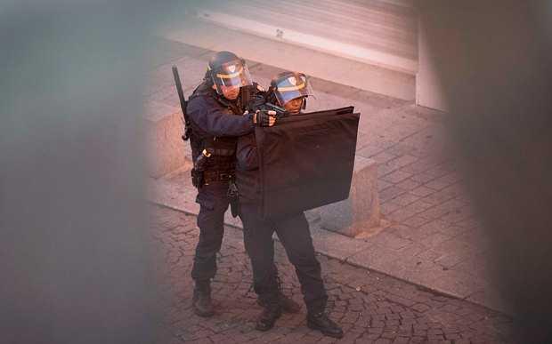 Cảnh sát dùng khiên tiếp cận hiện trường