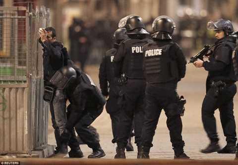 Cảnh sát Pháp kiểm tra chặt chẽ trên đường phố Saint-Denis, ngoại ô Paris