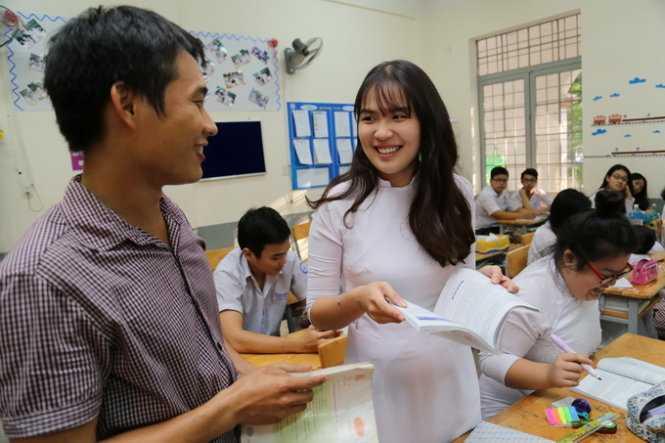 Thầy Lê Văn Trường đang dạy môn sử cho học sinh lớp 11D2 trường THPT Marie Curie Q3, TP.HCM - Ảnh: NHƯ HÙNG