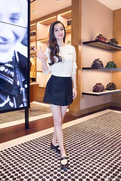Đến tham dự một sự kiện khai trương mới đây tại Thượng Hải, AngelaBaby nhanh chóng thu hút sự chú ý của truyền thông khi xuất hiện với gương mặt rạng ngời, tươi tắn.