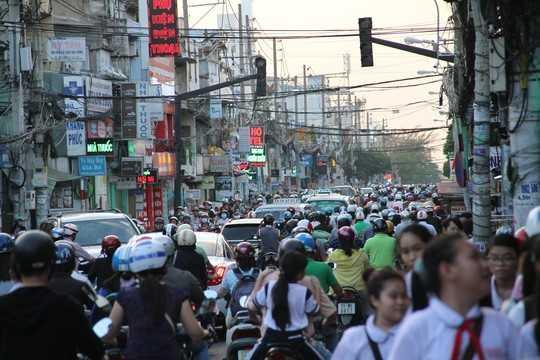 Dòng xe máy nhích từng tí trong khi ô tô đứng chết dí trên đường Cách Mạng Tháng Tám