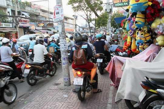 Nhiều người phải cho xe leo lên lề đường để lưu thông khiến các vỉa hè cũng không còn chỗ hở