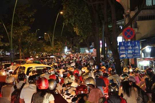 Đường Trường Sa cũng xảy ra kẹt xe kéo dài hàng km, hướng về quận Tân Bình