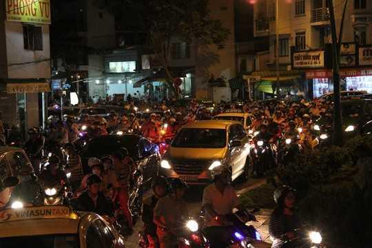 Trong khi đó giao lộ Rạch Bùng Binh- Hoàng Sa cũng tê liệt