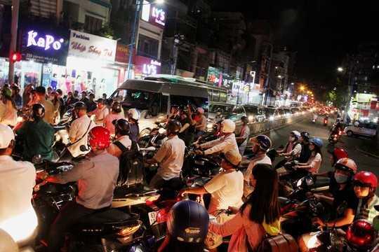 Chung số phận là trên đường Trần Quốc Thảo, hướng về đường Hoàng Sa cũng trong tình trạng kẹt xe nghiêm trọng
