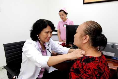 Bác sĩ Chuyên khoa cấp II Võ Hoàng Minh Hiền (nguyên chủ nhiệm Khoa Nội tiết - Đái tháo đường Bệnh viện Chợ Rẫy) đang khám và tư vấn cho bệnh nhân tại phòng khám An Khang