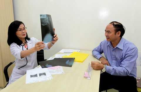 Bác sĩ Ngô Kim Hải (nguyên Phó Chủ nhiệm Khoa Nội tiết - Đái tháo đường Bệnh viện Nguyễn Trãi Tp.HCM) khám và tư vấn miễn phí về bệnh đái tháo đường tại chương trình