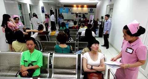 Các khách hàng đang chờ đến lượt khám và tư vấn tại Phòng khám An Khang
