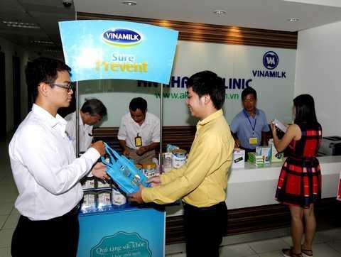 Cũng tại chương trình, Phòng Khám Đa Khoa An Khang phối hợp với Vinamilk tặng sữa cho khách hàng